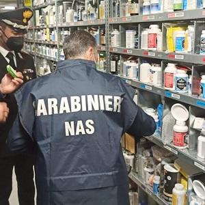 Carabinieri NAS durante un sequestro di integratori falsi