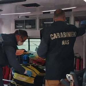 Carabinieri NAS durante un controllo ad una ambulanza