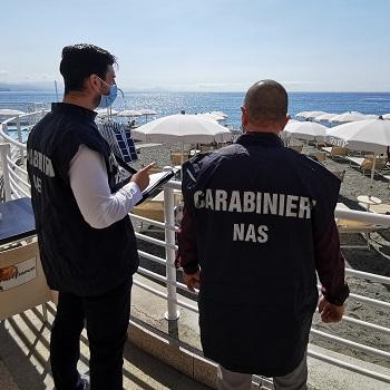 Carabinieri NAS durante una verifica presso uno stabilimento balneare