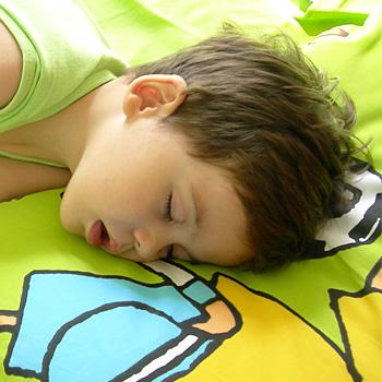 immagine di un bambino che dorme con la bocca aperta