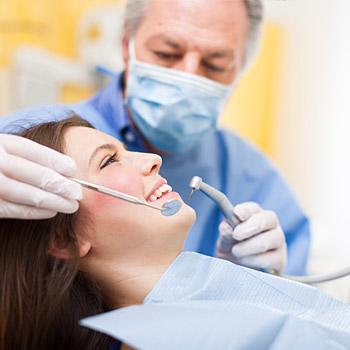 immagine di un odontoiatra al lavoro