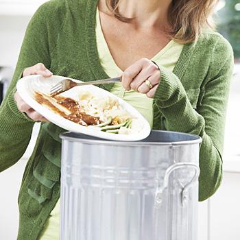 Immagine di una persona che butta cibo avanzato