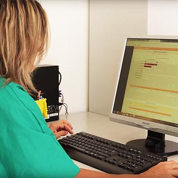 immagine di un'operatrice al computer