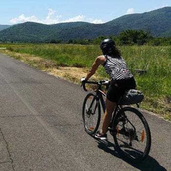 immagine di una persona da sola in bicicletta