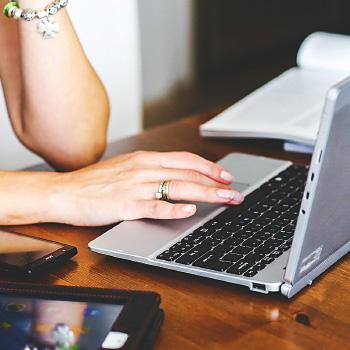 immagine di una persona con computer e cellulare