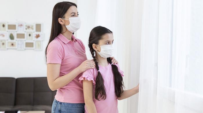 immagine donna e bambina con mascherina