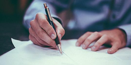immagine di una persona che scrive