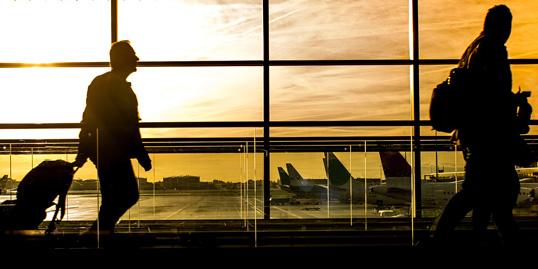 immagine di alcuni viaggiatori in aeroporto