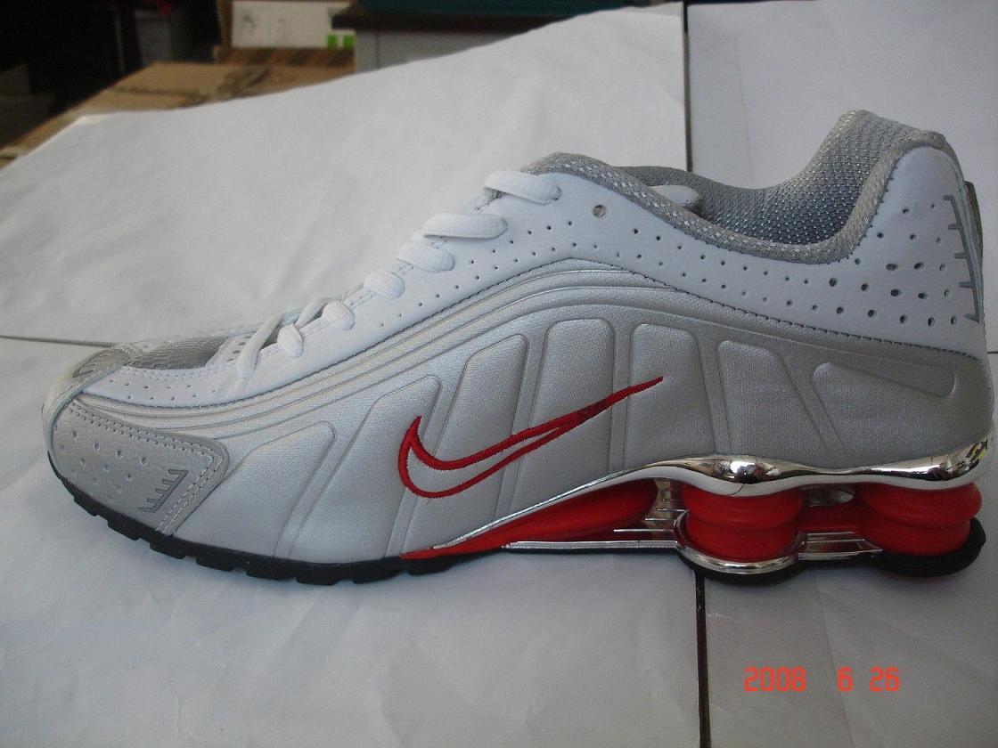 Due Ginnastica Scarpe Contraffatto Da Modelli Nike Marchio Differenti 8FxAn8
