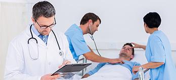 Immagine di una dottoressa con una paziente