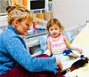Maestra che insegna ad una bambina in ospedale
