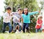 Bambini in un campo verde